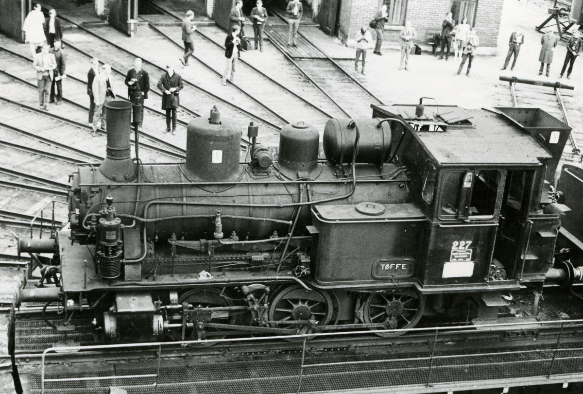 Damplok type 25a nr. 227 på Hamar stasjon. Lokomotivet er trukket frem for fotografering i forbindelse med Svenska Järnvägsklubbens veterantogstur.