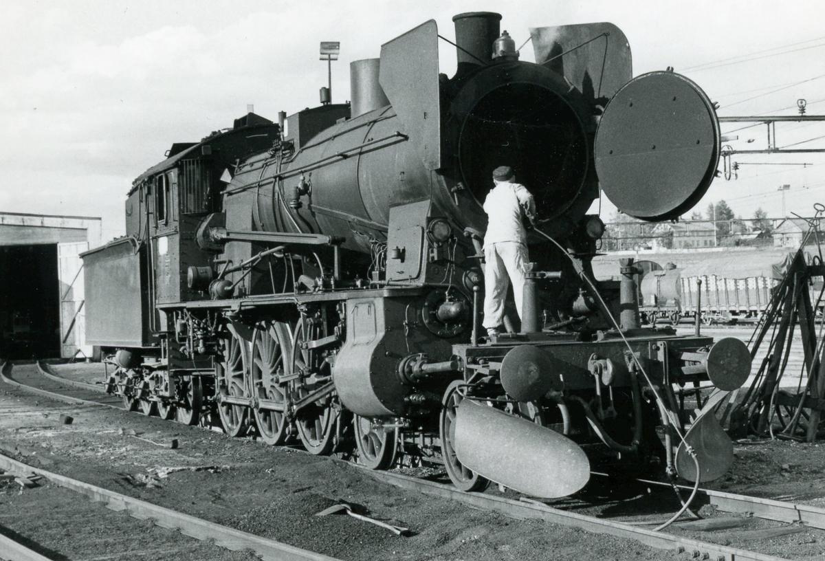 Lokomotivpersonalet spyler kjelrørene på damplok 30b nr. 347 på Eina stasjon.