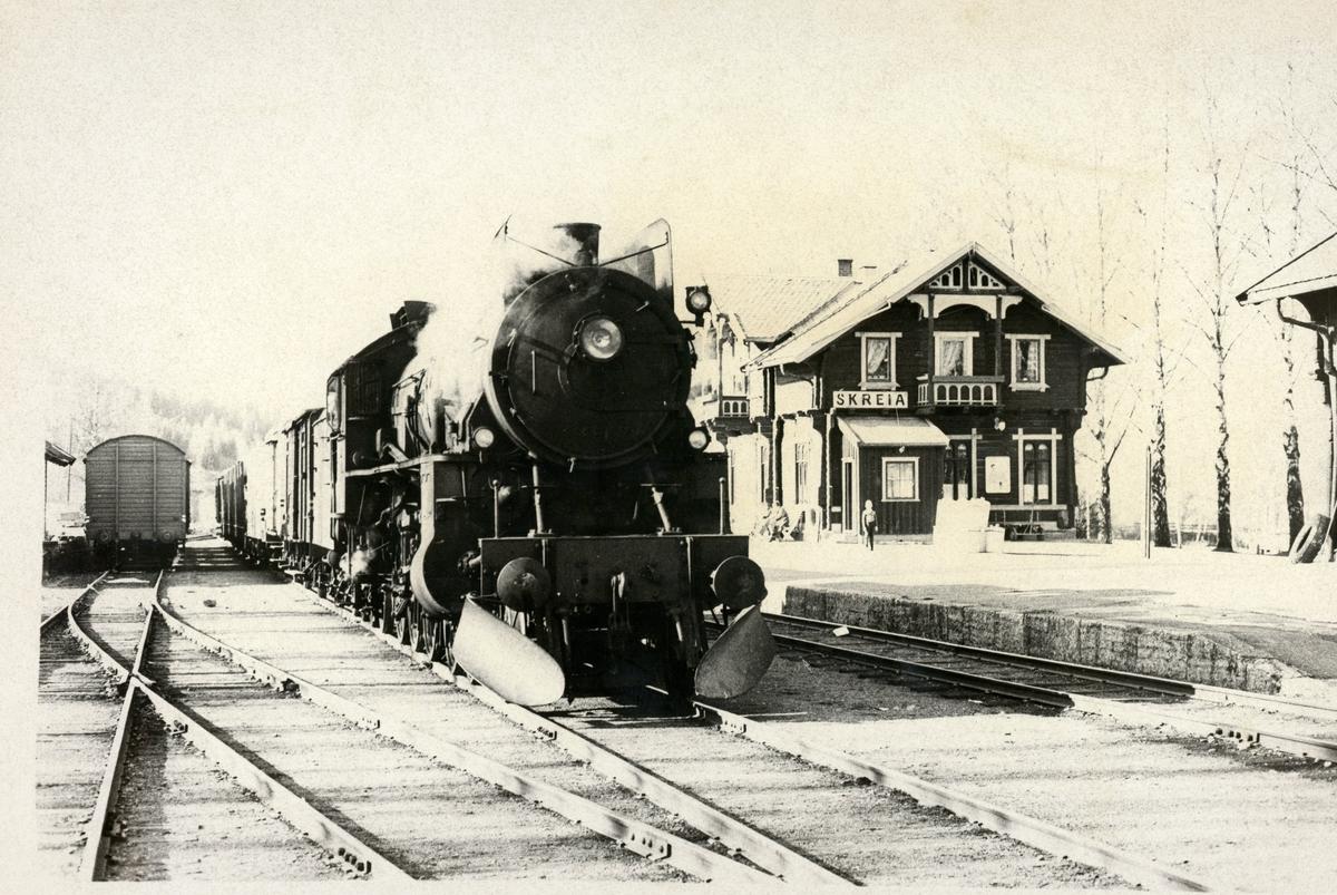 Godstog fra Eina ankommer Skreia stasjon. Damplok 31b nr. 451.