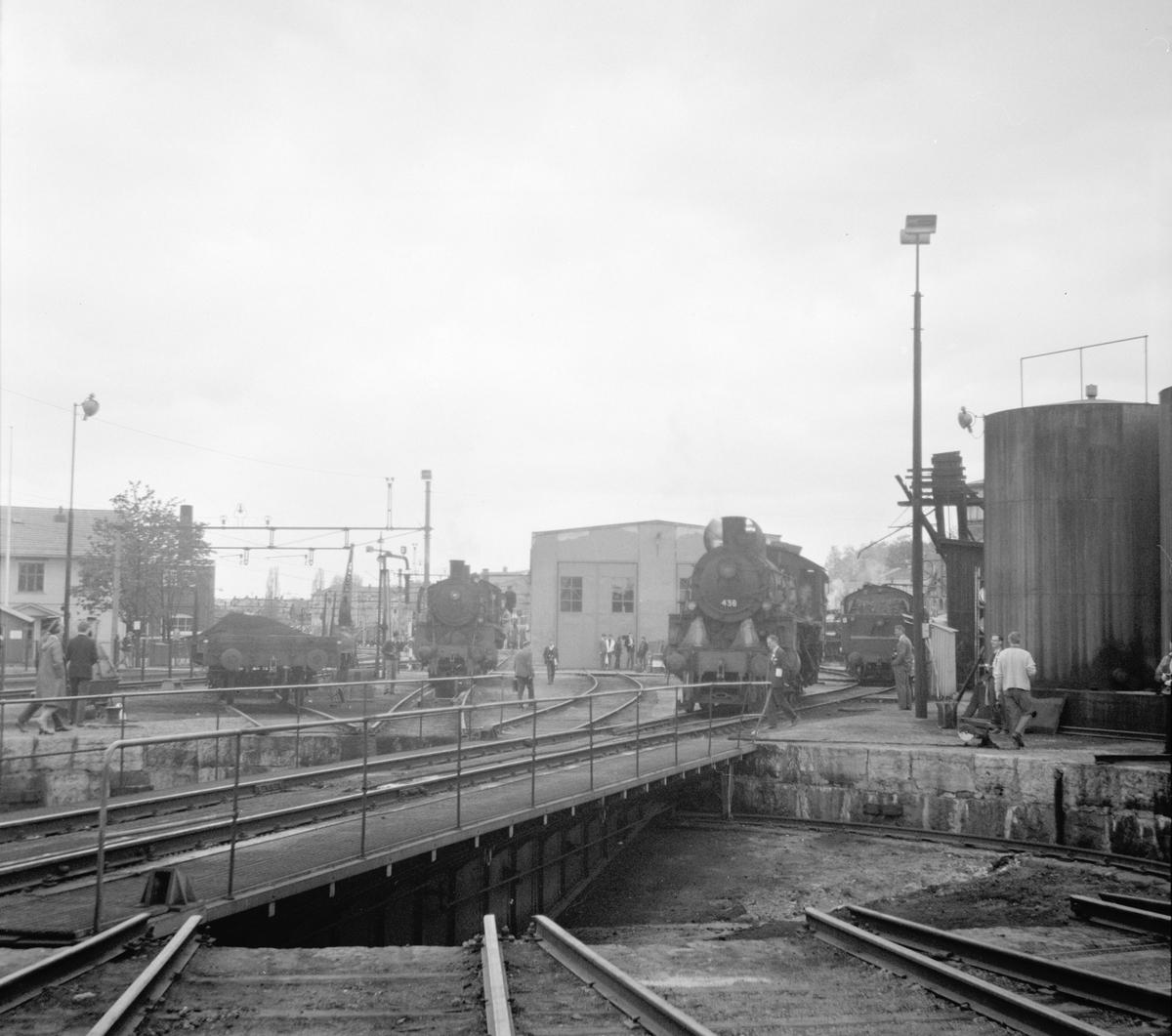 Svingskiva og lokstallen på Hamar. Nærmest damplok 26c 436.