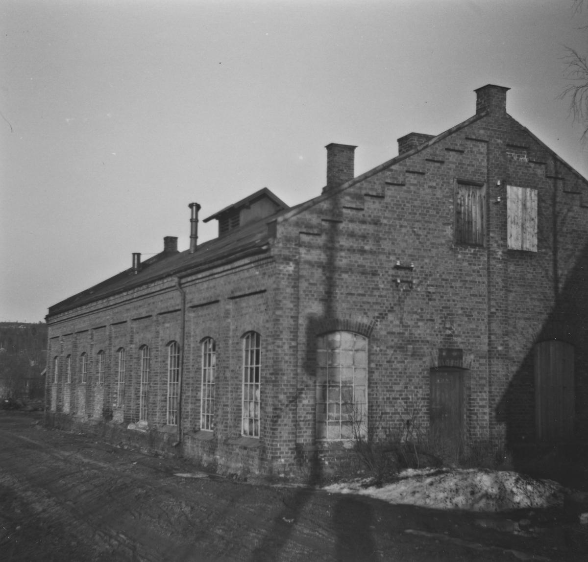 Urskog-Hølandsbanens lokomotivstall på Bjørkelangen ble tatt i bruk som bussgarasje etter banens nedleggelse.