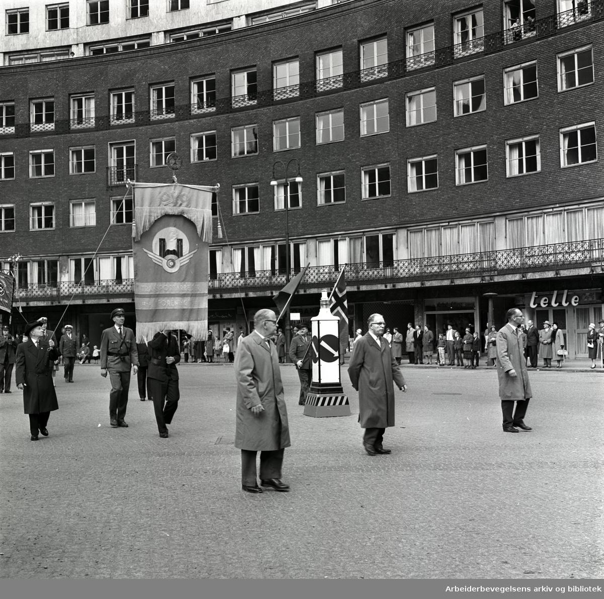 1. mai 1961 i Oslo.Demonstrasjonstoget i Borggården ved Rådhuset..Fane: Oslo Transportarbeidernes Forening..