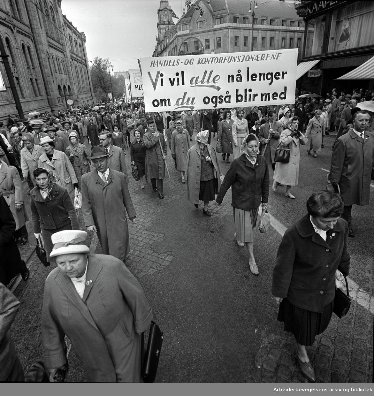 1. mai 1961 i Oslo.Demonstrasjonstoget på Karl Johans gate..Parole: Handels og kontorfunksjonærerne.Vi vil alle nå lenger.om du også blir med.