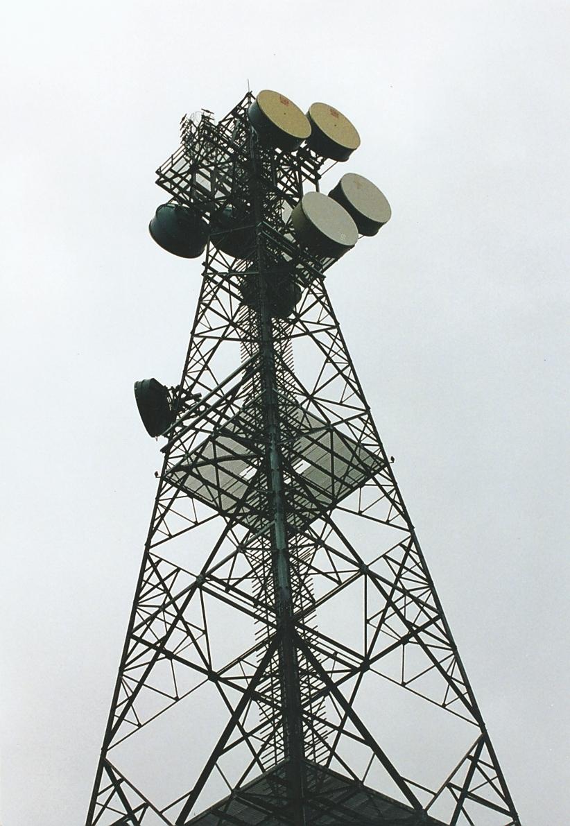 80 meter høy, selvbærende mast uten stag, typisk for 1980- og 1990 årenes utvikling. Masten er i bruk (2015).