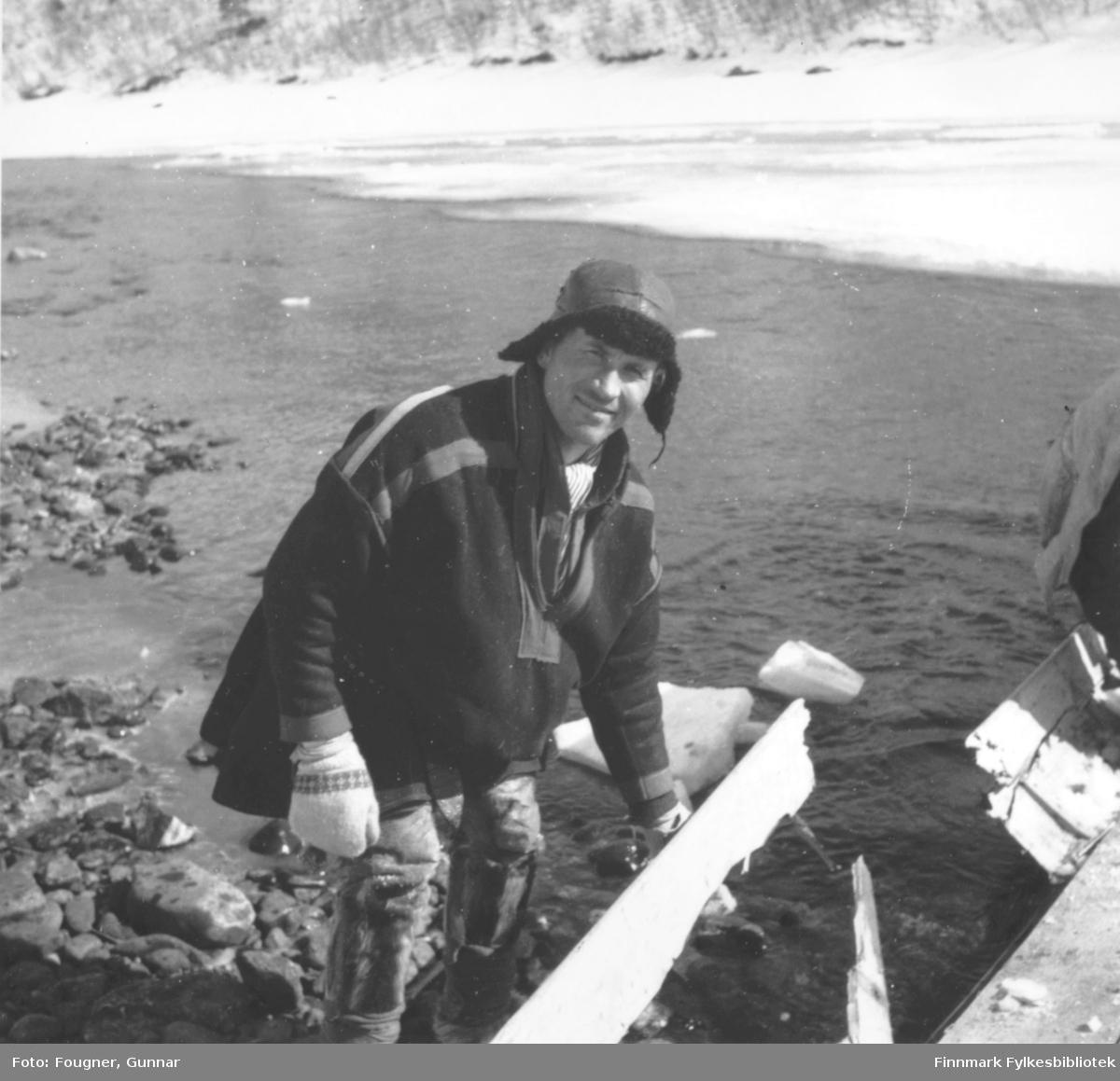 Nils Nilsen Biti fra Sjusjavrre med sin ødelagte elvebåt. Det var tyskerne som ødela den.