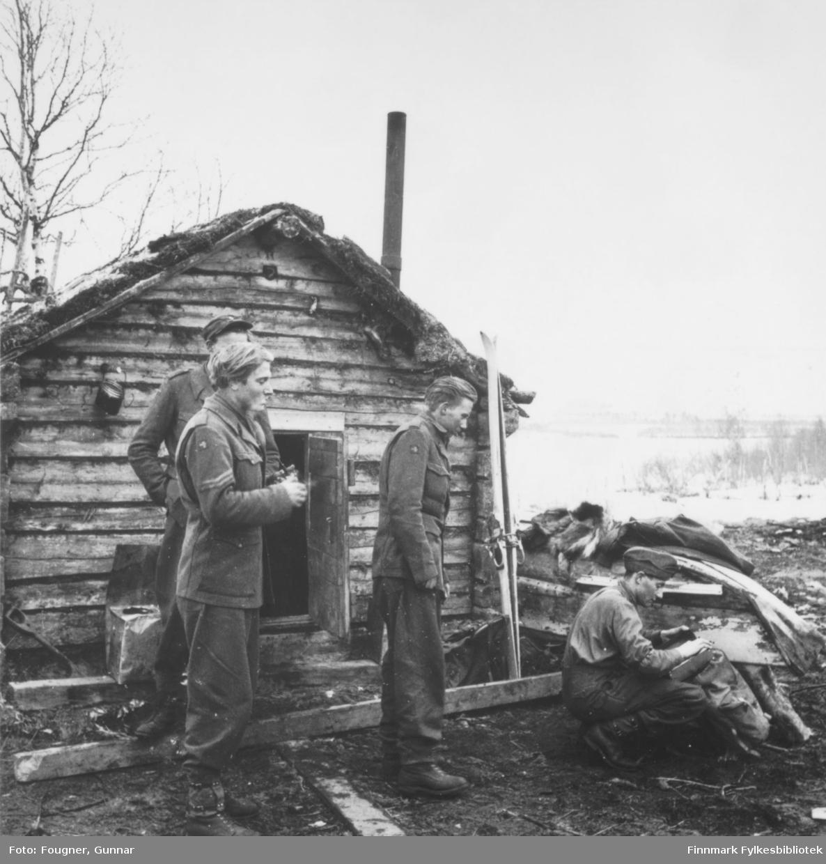 Soldater utenfor en fjellhytte.