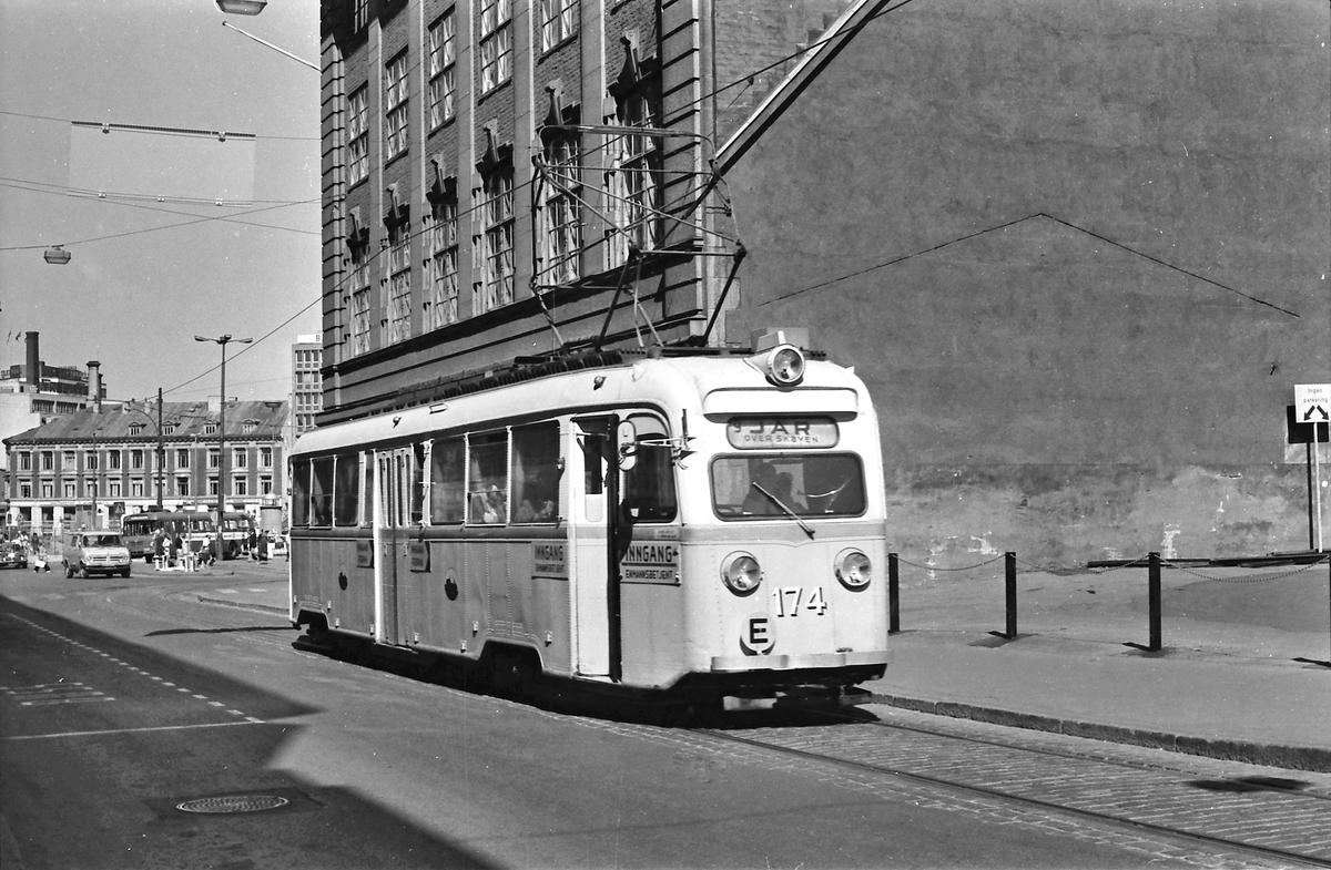 Oslo Sporveier. Gullfisk E 174 i linje 9 til Jar har forlatt Jernbanetorget.