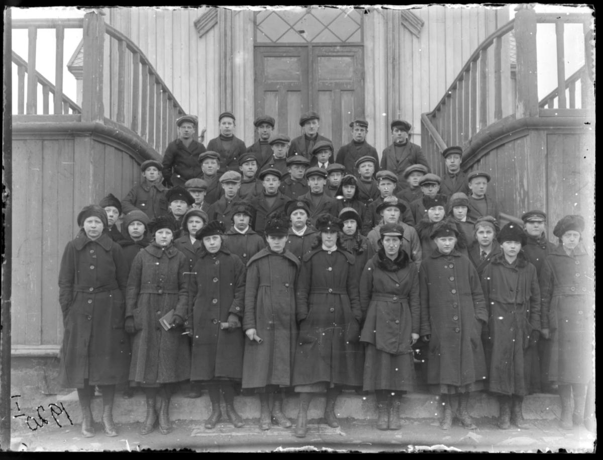 Konfirmanter fotografert på kirketrappa, Vardø 1920