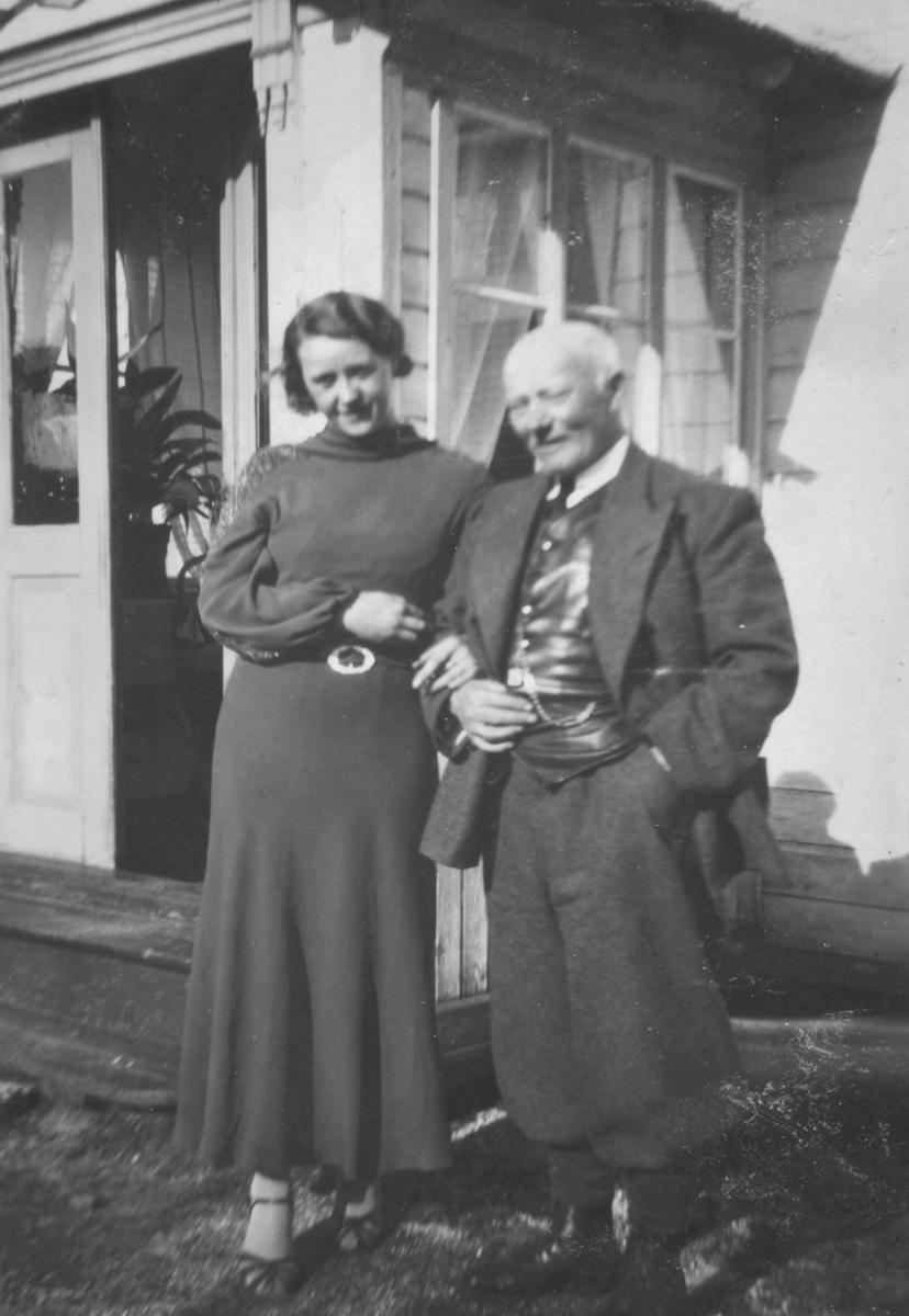 Karl O.Ohlsen som holder en ung dame i armen.