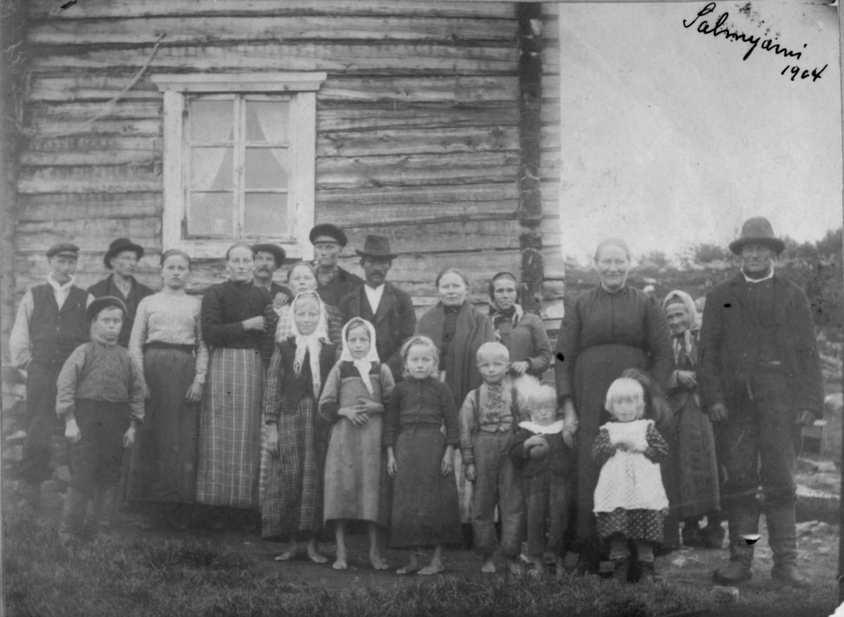 Salmijærvi (Salmijärvi) 1904. Til høyre Nilse Harjo og kona Marie. Tvillingene Lydia og Nils Harjo.
