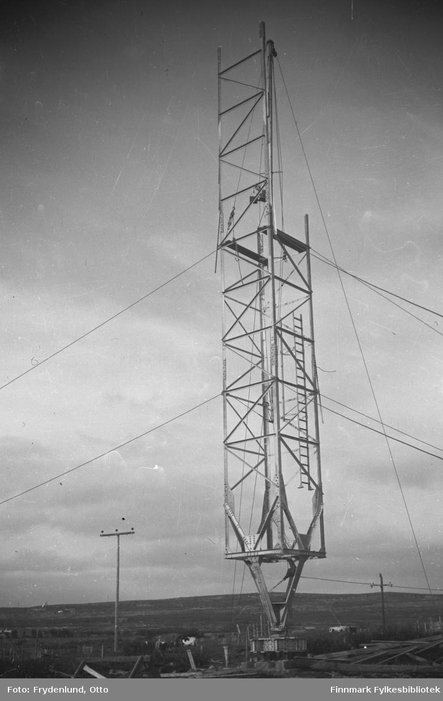 En av de nye radiomastene i Vadsø under bygging