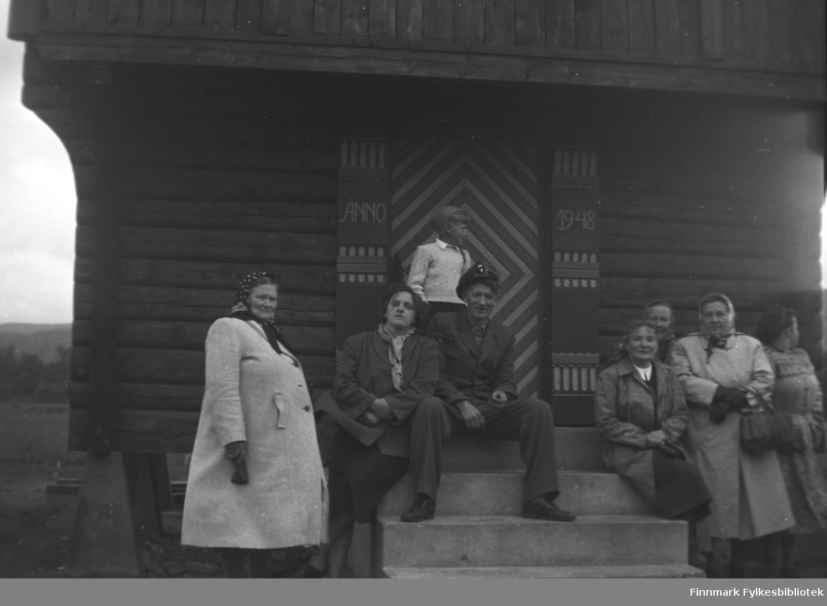 Utflukt, kanskje til Svanvik i Pasvik. Fra venstre: Kathinka, Alfhild, Mikkel og Astrid Mikkola. Kathi Komeros stikker hodet så vidt fram i gruppa til høyre. Sandra Labahå helt til høyre i bildet. Kvinnen til høyre for Astrid Mikkola er ukjent, det samme er gutten på trappa