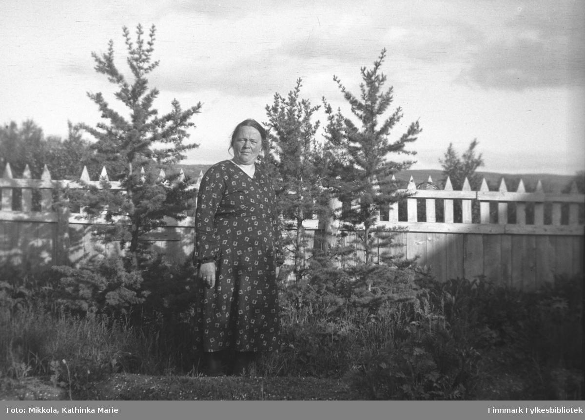 Ida Mathisen i hagen på Mikkelsnes