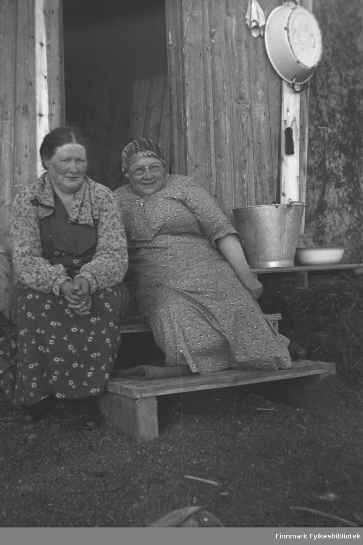 Kathinka Mikkola på besøk i Stonga. Her sitter hun til venstre på trappa. Til høyre fru Kjelling, som bodde i huset. Hun var gift med en veioppsynsmann, og de bodde i Stonga