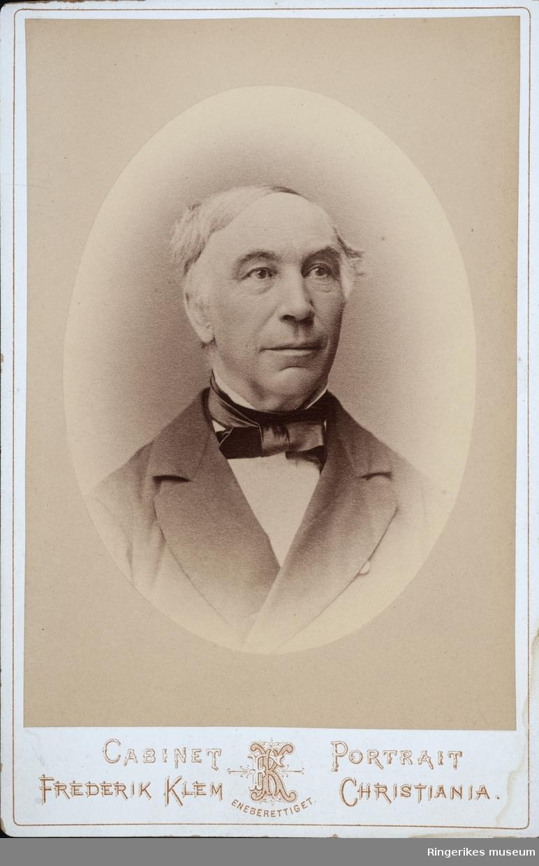 Motivet viser Jørgen Moe som godt voksen. Bildet er tatt i et fotostudio.