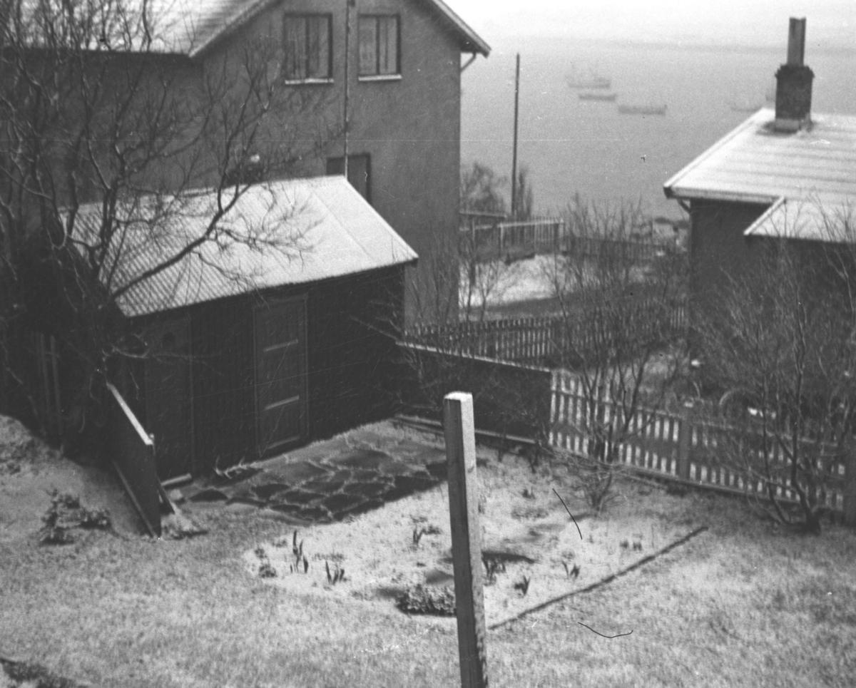 Høstens første snø er falt i hagen i Nyborgveien.