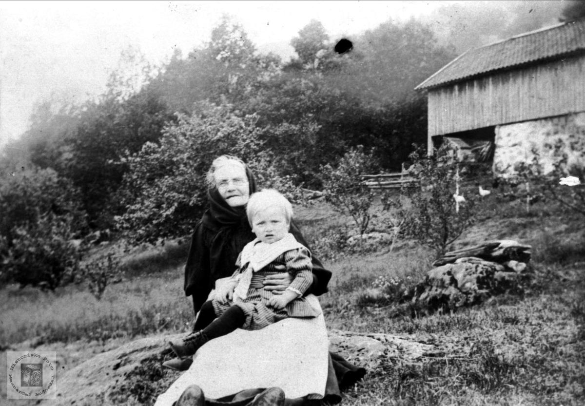 Farmor m/barnebarn. Sillebertine Sveinall og Ånen Nyvoll.
