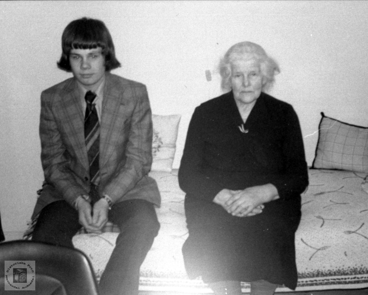 Konfirmant og mormor. Steinar Bråten og Åsme Follerås.