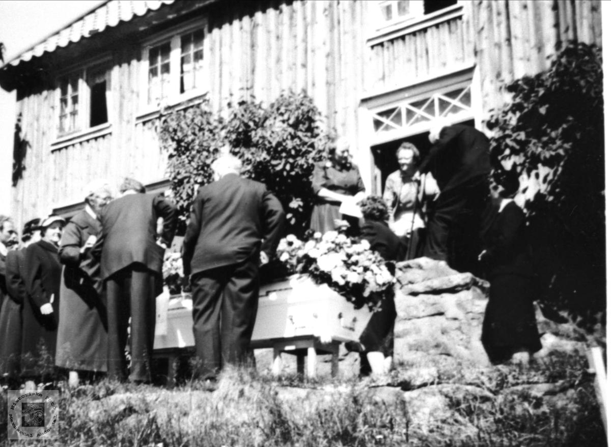 Begravelse fra heimen, Mjunås.