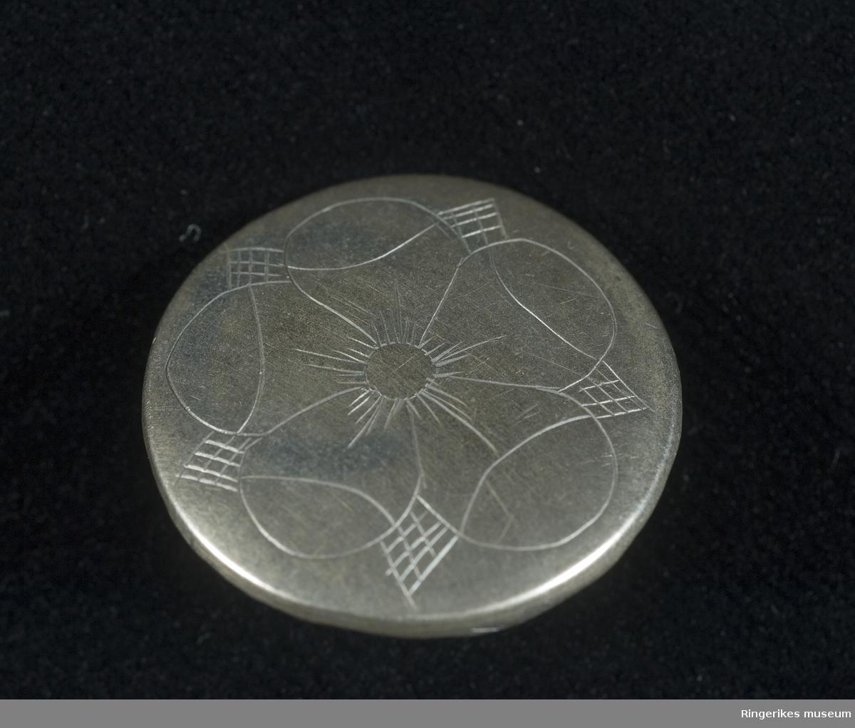 Knapp i sølv med pålagt tinn på baksiden  Påsyingsknapp
