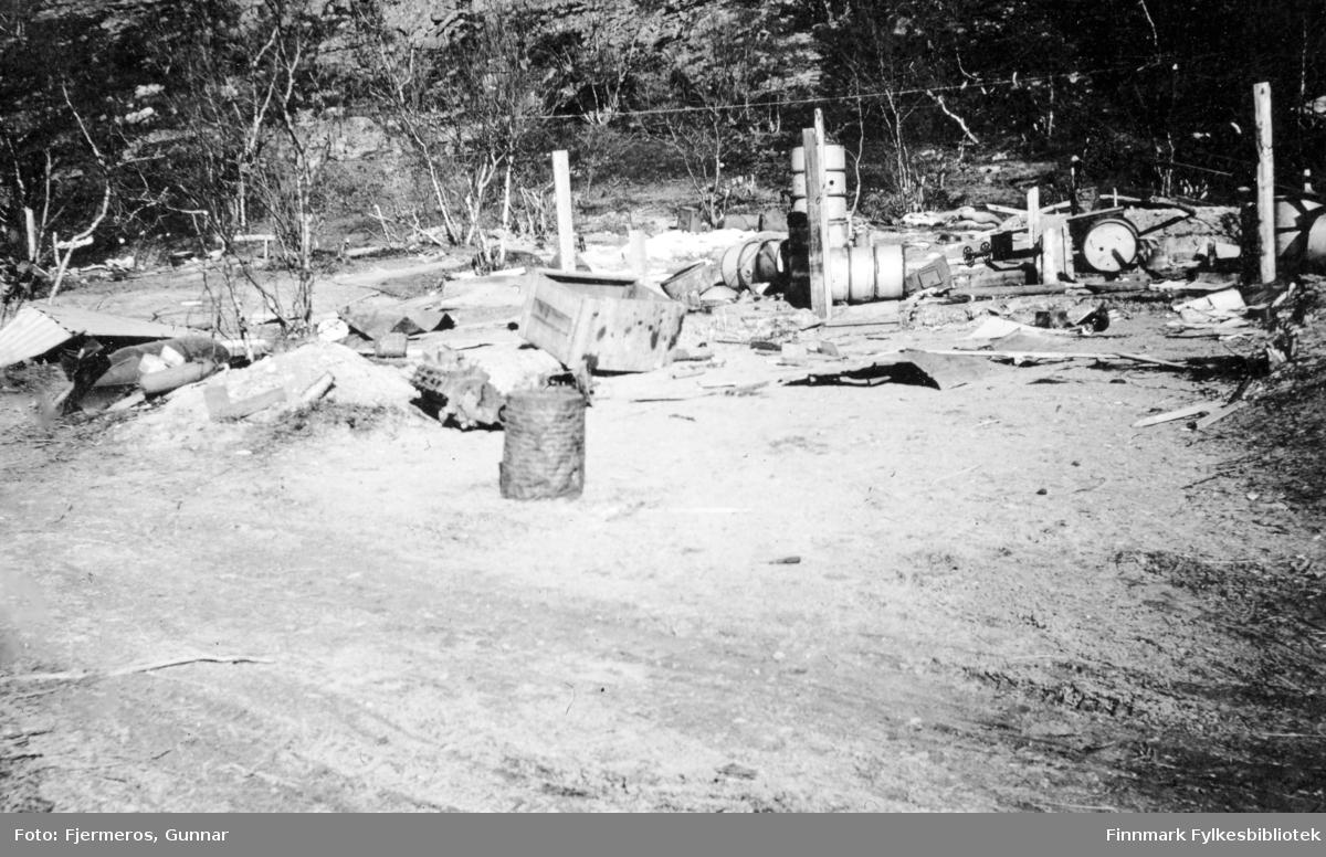 En del vrakgods og etterlatenskaper ligger langs Lapplandsarmeens retrettvei. Bildet er tatt våren 1946 og nøyaktig sted er ukjent.