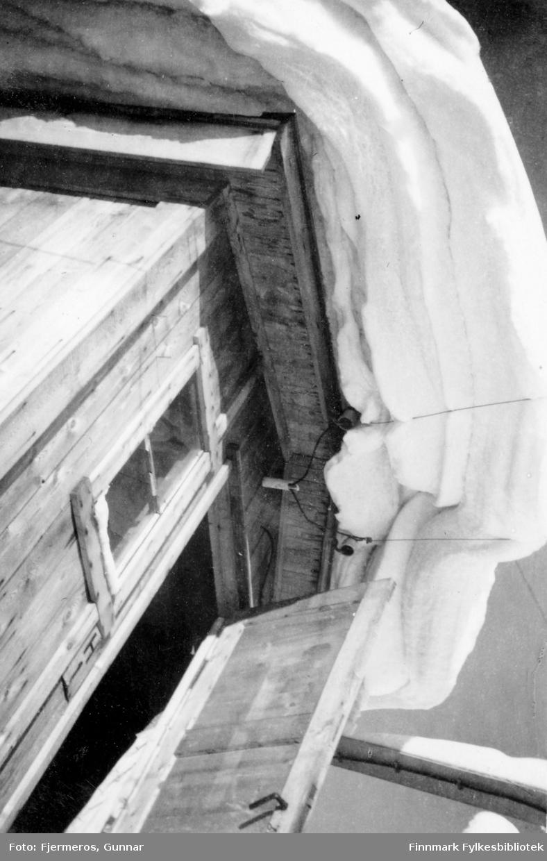 Store snømengder på taket til et vindfang på et gjenreisningshus i Honningsvåg vinteren 1946.