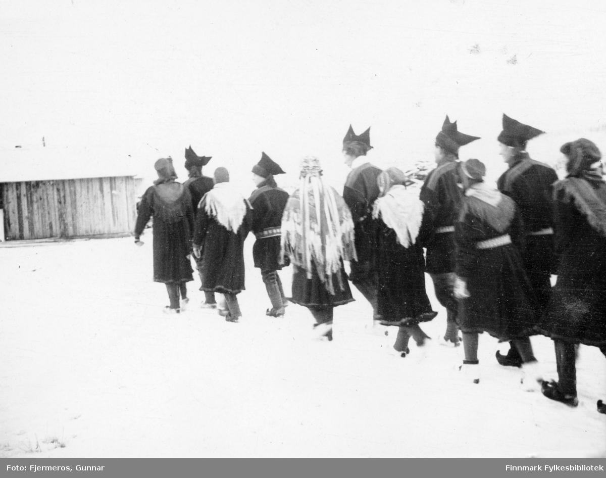 Fotografi av et bryllup i Karasjok 1946. Brudeparet er ikke samer, men de giftet seg i sameklær fordi det ikke fantes annet festantrekk å oppdrive på denne tiden. Brudgommen var Nils Mangor Andersen fra Eydehavn som arbeidet som byggeleder og bruden var Elisabeth (Lisa) Gjessing fra Bærum som arbeidet som reguleringsarkitekt.
