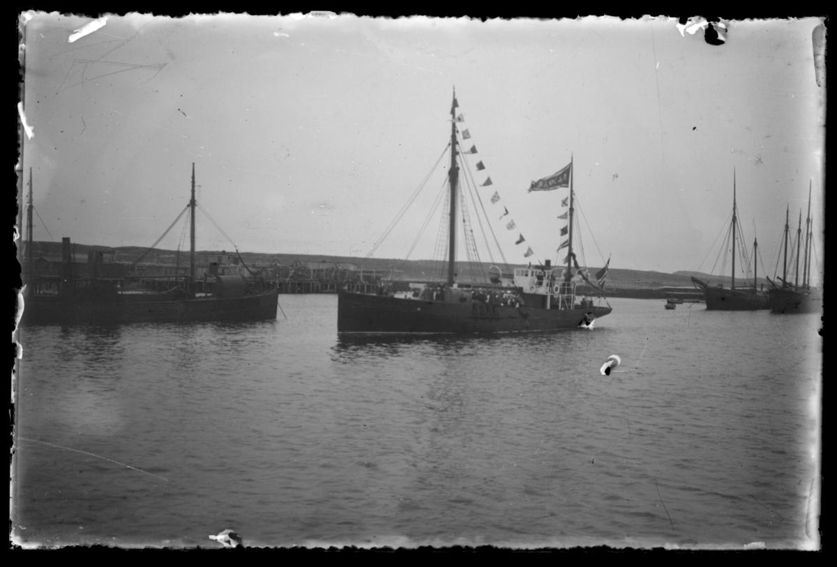 30 manns stort sangkor fra Kr.sund N 'ynglingeforening' med egen båt på sangerferd. Bildet viser båten i Vardø havn.