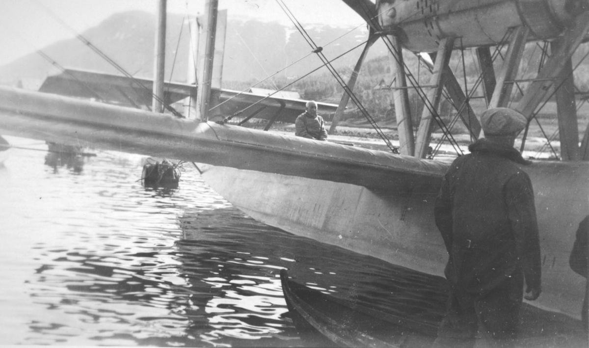 """Påskrift: Amundsen 1928 i Tromsø med """"Latham""""."""