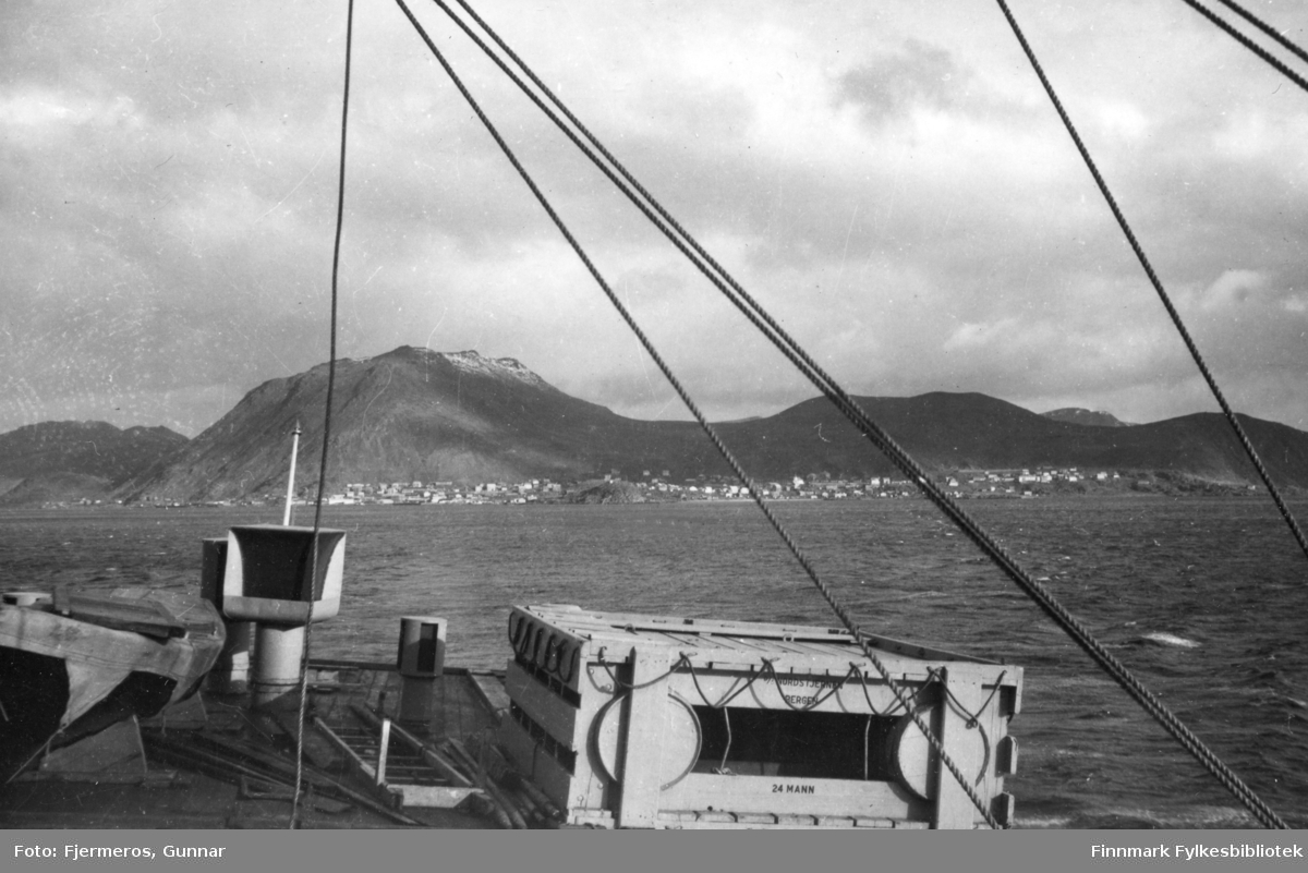 """Fotografens bildetekst er: """"Avskjed med Honningsvåg okt. 1948"""". Om det betyr at han flytter fra plassen eller drar på ferie vites ikke."""