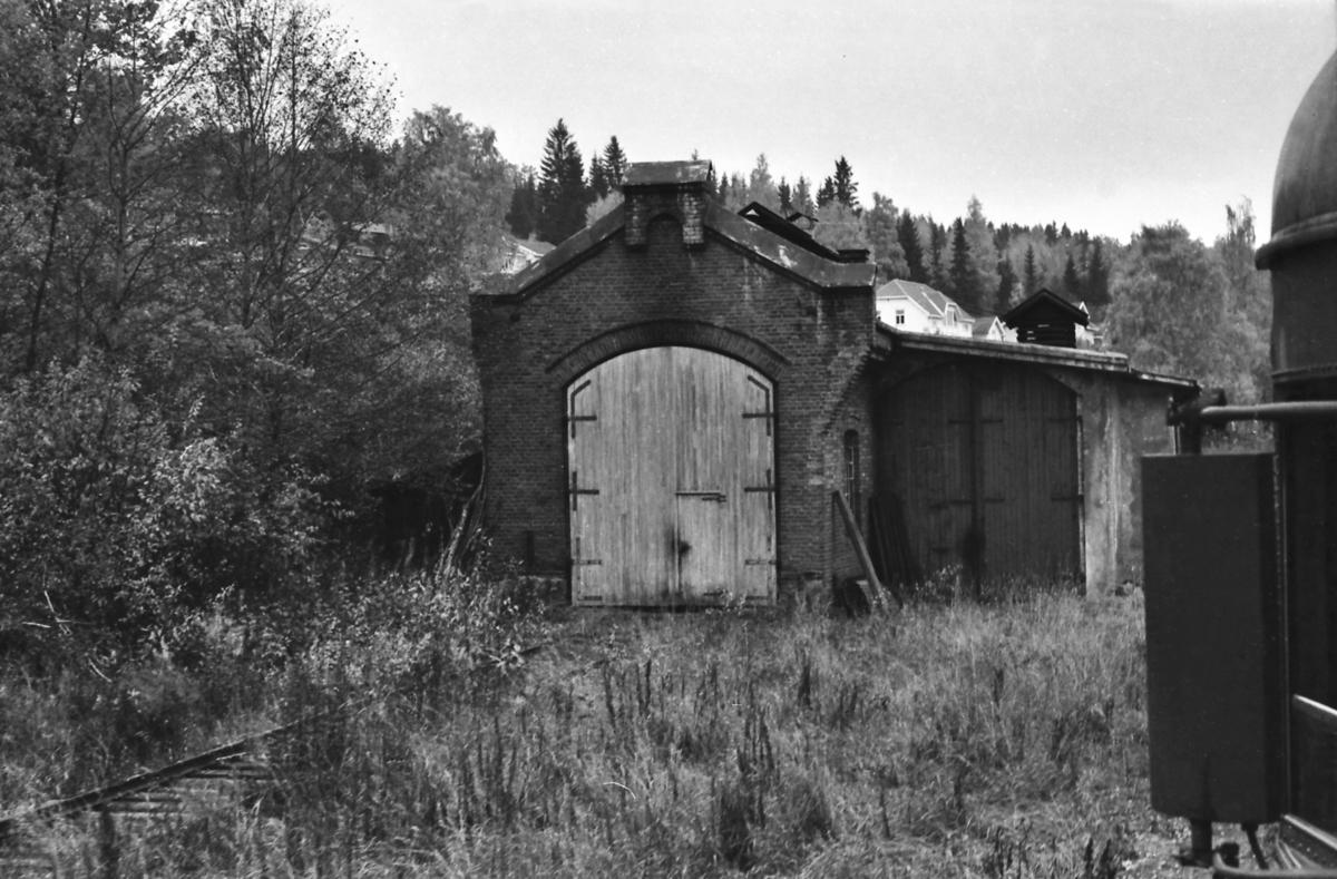 Lokomotivstall Skreia stasjon, sett fra et ekstratog for Norsk Jernaneklubb.