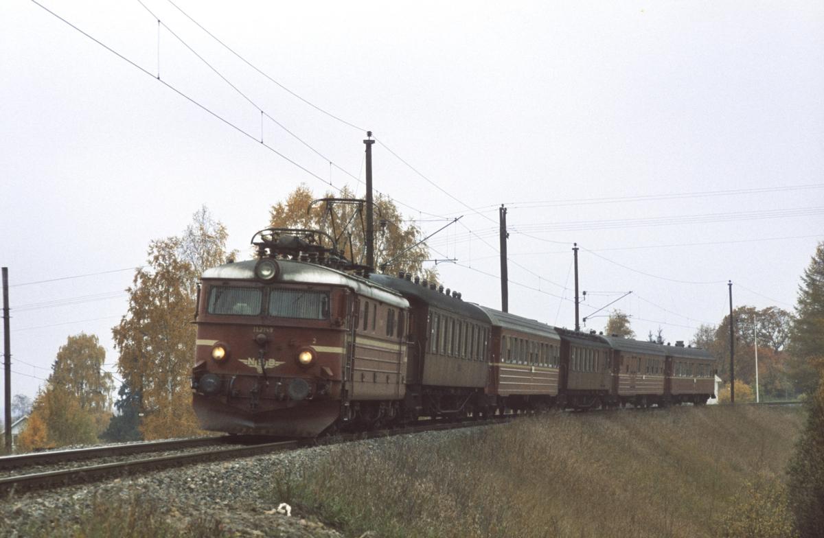 Persontog fra Gjøvik og Fagernes til Oslo Ø kjører inn på Roa stasjon. Den første delen av toget kommer fra Gjøvik, de to bakerste vognene kommer fra Fagernes. Toget ble skjøtet i Eina stasjon.