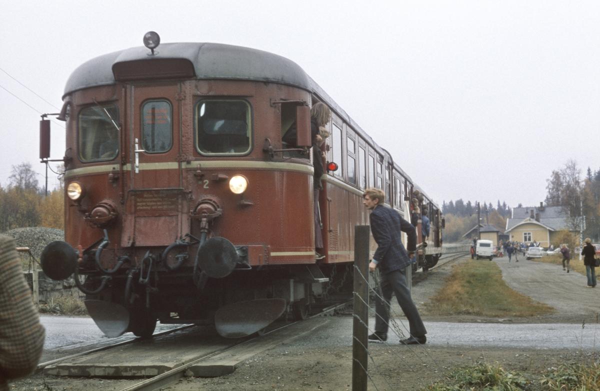 Ekstratog med NSB dieselmotorvogn BM86F 09 til Skreia på Bøverbru. Håndbetjente bommer betjenes.