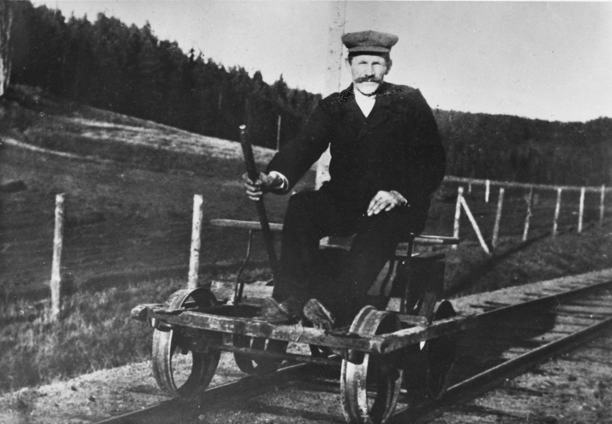 Baneformann H. Slorbak på pumpedressin