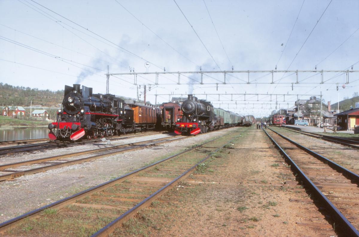 """Storlien stasjon med norsk og svensk damplokomotiv i forbindelse med ekstratog """"To Hell with Steam"""" for Frank Stenvall."""