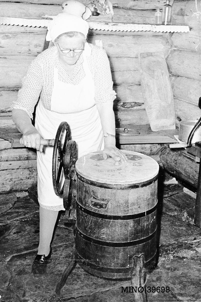 Kvinne som kjerner smør