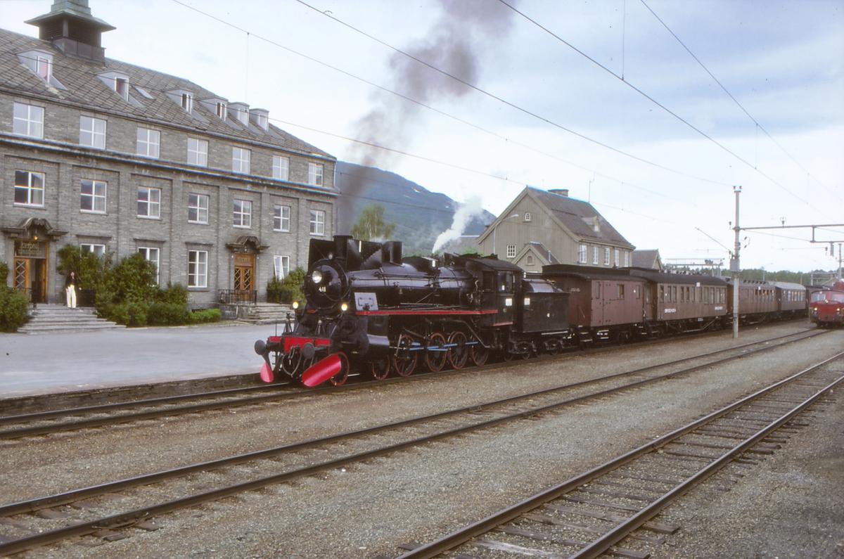 Oppdal hotell og Oppdal stasjon. Ekstratog med NSB damplokomotiv 26c 411.