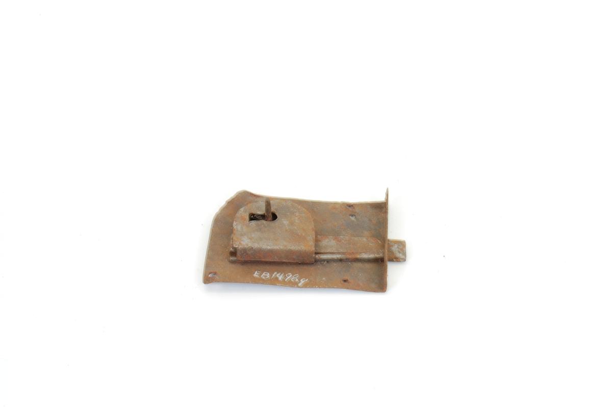 Form: Låsbl./kasse ett stk., rektang., 3 festehull regel/regelfjær ett stk., nøkkeltapp, dragregel.