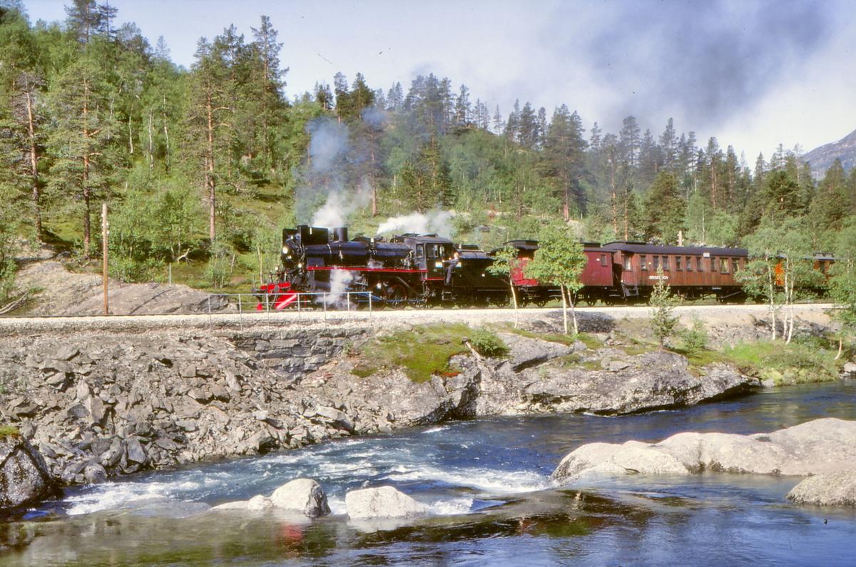 Damplokomotiv 26c 411 på Raumabanen ved Bjorli.