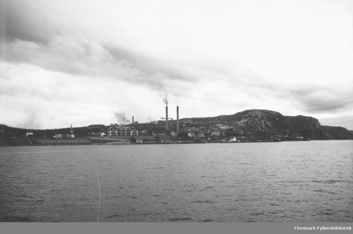 'Mot Kirkenes' B 7803. Til venstre kan man se kirken. Bygningen i midten var gruveselskapet AS Sydvarangers administrasjonsbygg, og pipene til høyre hørte til dampsentralen.