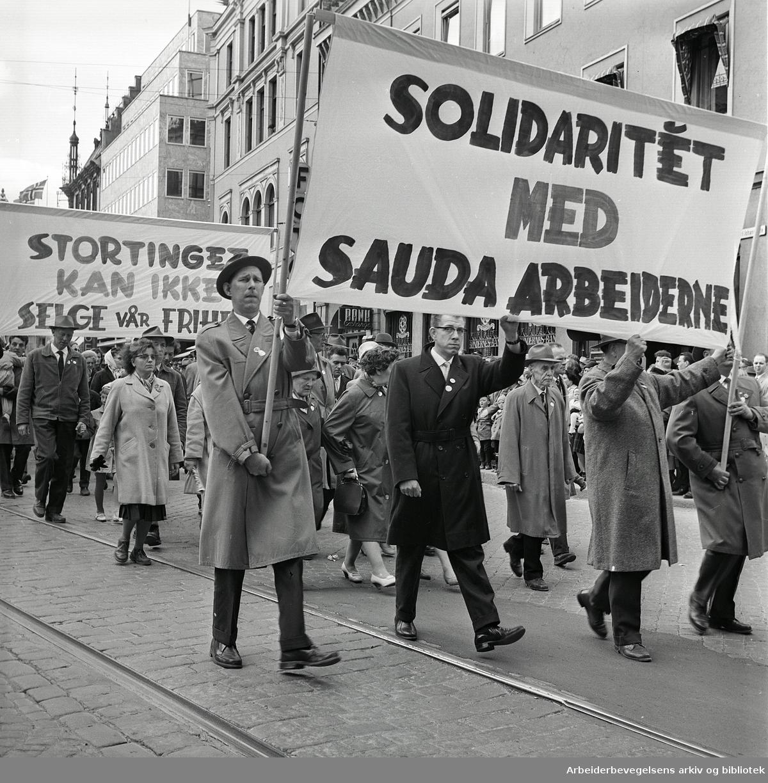 """1. mai 1962 i Oslo.Demonstrasjonstog arrangert av """"Faglig aksjon mot Fellesmarkedet"""" med støtte fra Sosialistisk Folkeparti (SF) og Norges kommunistiske parti (NKP)..Fane: Solidaritet med Sauda arbeiderne.Fane: Stortinget kan ikke selge vår frihet.."""