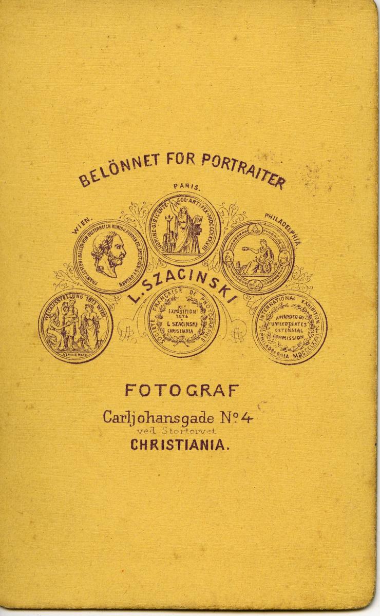 Halvkroppsportrett av Henrik Nielsen fra Ekkerøy. Bildet er kopiert i ovalform.