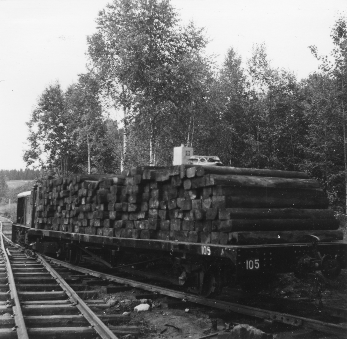 Godsvogn T 105 på Bingsfoss stasjon, fullastet med sviller som skal benyttes til bygging av kryssingsspor.