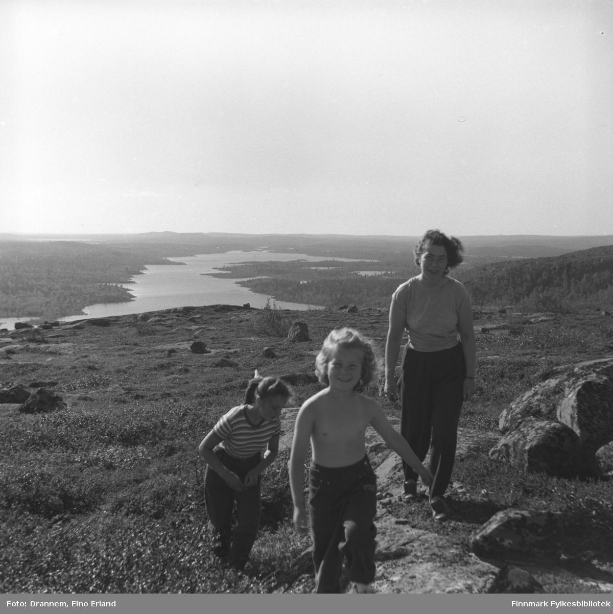 Maija, Turid Lillian og Jenny på fjelltur ved Jääjärvi (på finsk side)