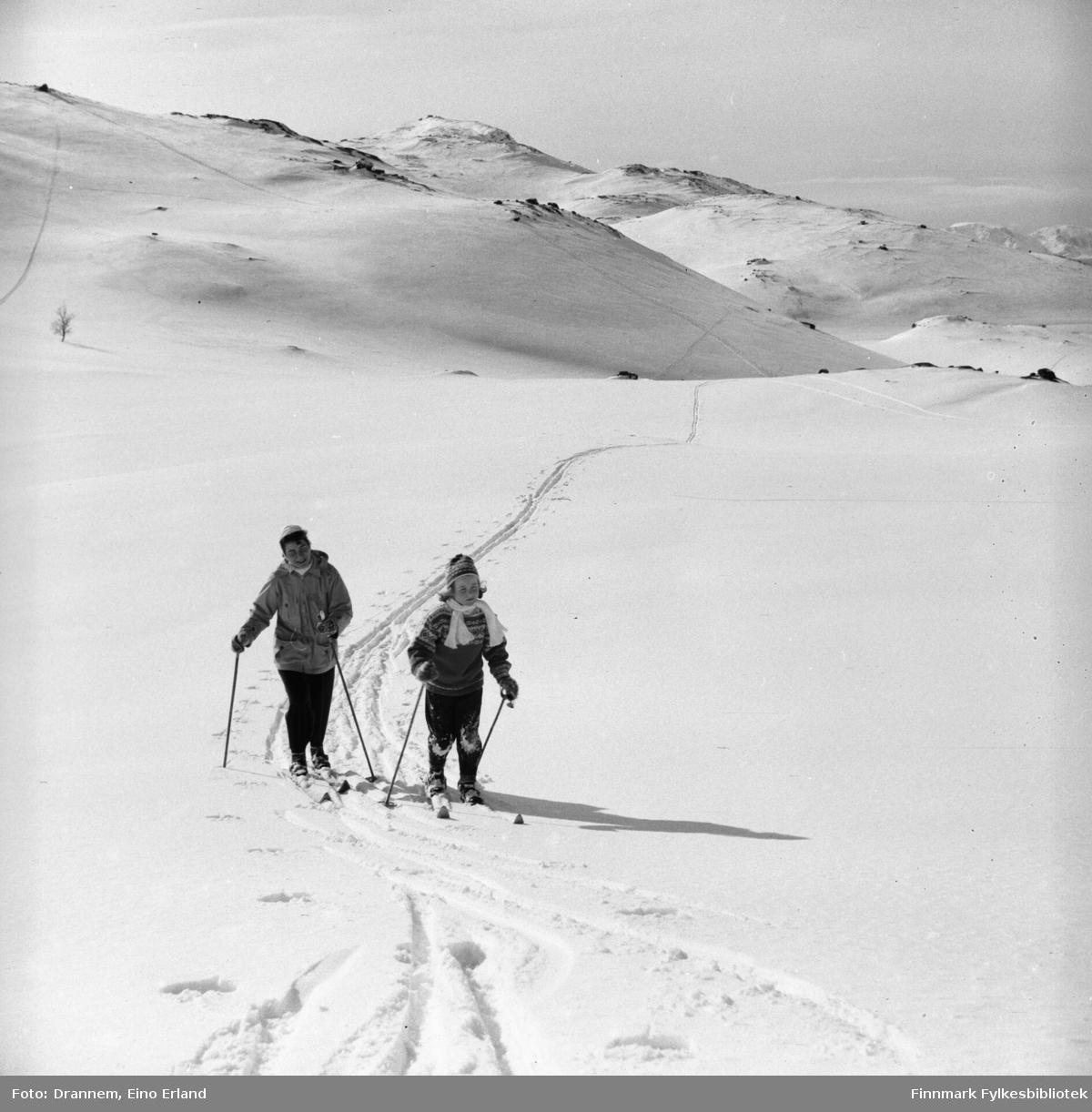 Påsketid. Turid Lillian med sin mor Jenny Drannem på skitur