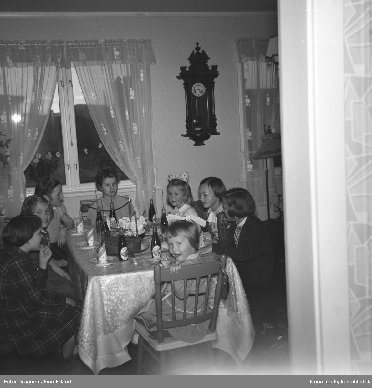 Sju jenter er invitert på Turid Lillian sin bursdag. Jentene sitter rundt bordet og spiser kake og drikker brus