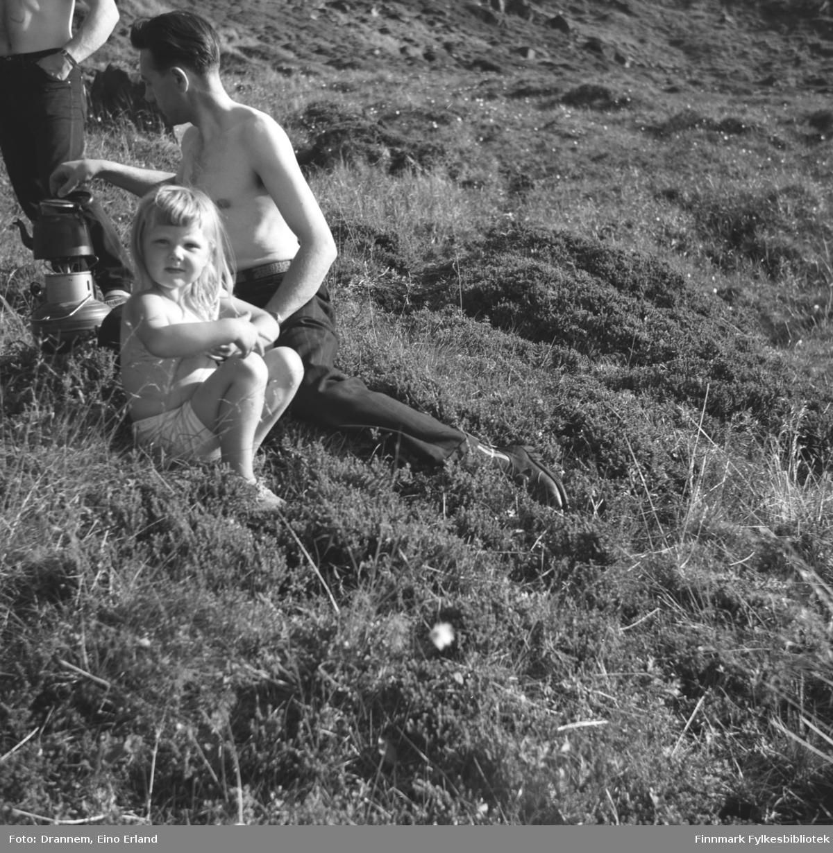 Et sommerbilde med to voksne og ett barn (vet ikke hvem?). De koker kaffe på stormkjøkkenet