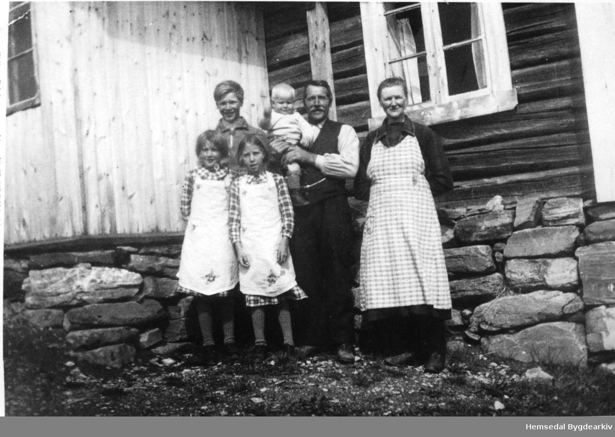 På garden Eikrehagen, 51.19, i Hemsedal ca. 1938. Ingebjørg og Halvor Eikrehagen med Barbro, Marie, Knut og Olav