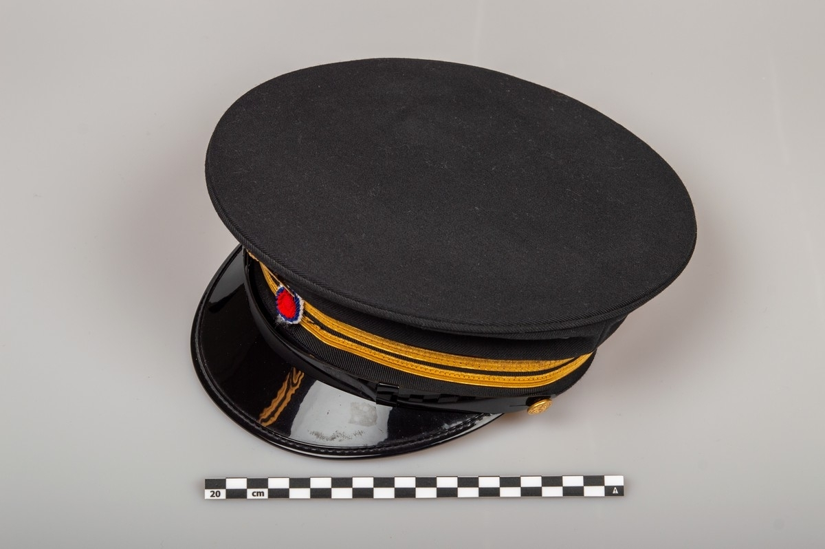 NSB togekspeditørlue, svart med to gullstriper.