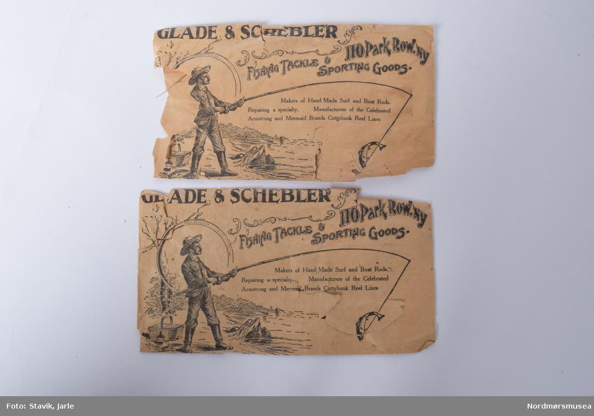 """Eske med diverse snører og kroker fra varierende fakrikanter som Hardy, Millwards og Allcock. 3 poser Hardy gut, 1 med krok på 3 Allcocks fortommer i nylon, 1 av posene har kroker i steg i stedet for originalt snøre 1 pappfolder med kroker i poser festet til folderen, fortom i """"gut"""" 1 Farlows """"Gut cast"""" 2 papirposer """"Glade & Scheber"""", en med snøre og en med fluer 1 pappfolder med poser med kroker med nylonsnøre lag et """"Lee of Pershore"""". 2 poser """"Catche'em Alive-O gut substitute cast, nylon gut cast"""" en av dem med krok 3 poser """"Poolsam Twisted Wire tracee"""" 1 papirfolder med poser med krok og fortom """"Berlin superior silkworm gut"""". 1 pose """"Tru-tru hooks"""" fiskekroker 1 """"Matt Waddell, Mounted casts for Loch and Stream"""", fire fluer på nylonsnøre. 1 """"Martinez & Bird Ltd, hooks to nylon"""", papirfolder med poser inni. 1 """"The lucky strike - Hooks to undrawn gut"""" 1 pose med 5 meter nylon snøre av frnsk merke 1 """"Youngs of Harrow silkworm Gut"""", med en liten krok 1 pose med """"Samson superior quality gut cast"""" 1 """"Ogden smiths dry fly trout cast, silkworm gut"""" 1 """"Unity cast av A. E. Rudge & son"""" 1 """"Jon R. Gow & SOns"""" nylon snøre med 3 fluer 1 umerket pose med fortom og rekekroker 1 umerket pose med skjøteringer 1 bunt med gammelt snøre"""